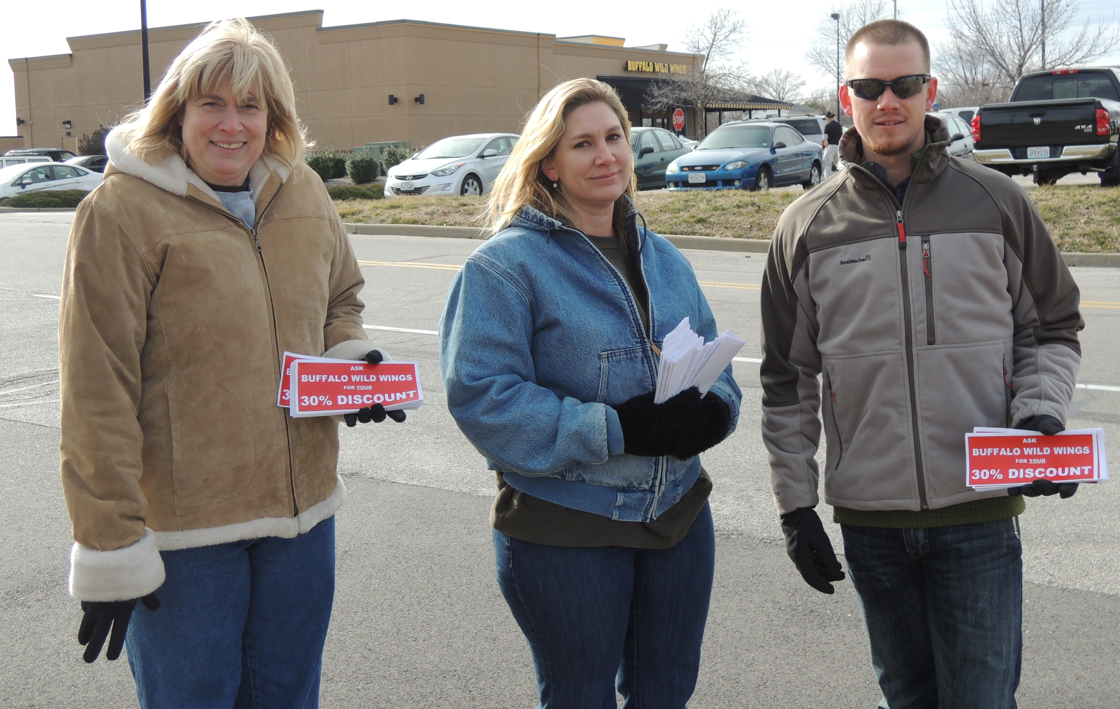 Meanwhile, Journeyman Wiremen Roxanna DiMariano, Heather Kehoe and Johnathan Burrson handbilled outside the chain's O'Fallon location.  IBEW Local 1 also bannered and handbilled outside the chains' Ballwin, Brentwood, Creve Coeur, Fenton and Mid Rivers locations.