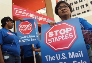 Postal workers protest outside a Staples store in Los Angeles. – Robyn Beck/Getty-AFP photo